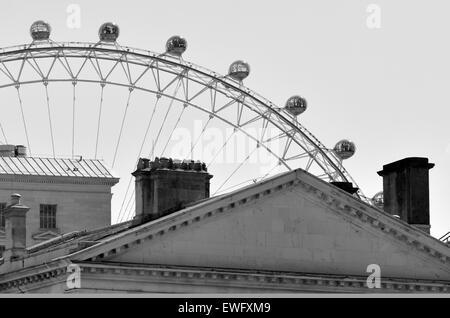 London Eye (grande roue d'observation en porte-à-faux géant au-dessus de toits de Londres, Royaume-Uni. (BW) Banque D'Images
