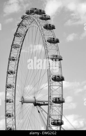 Vue verticale de London Eye grande roue d'observation en porte-à-faux géant à Londres, au Royaume-Uni. (BW) Banque D'Images