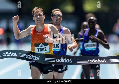 Ben Vrai (USA) bat Nick Willis (NZL) dans l'épreuve du 5000m à l'Adidas 2015 Grand Prix de la Ligue de diamant de Banque D'Images