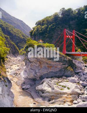 Cihmu pont et une petite pagode au parc national de Taroko Taiwan ., Asie. Banque D'Images