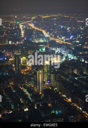 Vue d'Ariel de Taipei au crépuscule de la 88e étage de Taipei 101. Banque D'Images