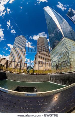 Mémorial National du 11 septembre avec des tours de World Financial Center derrière et à droite le nouveau World Banque D'Images