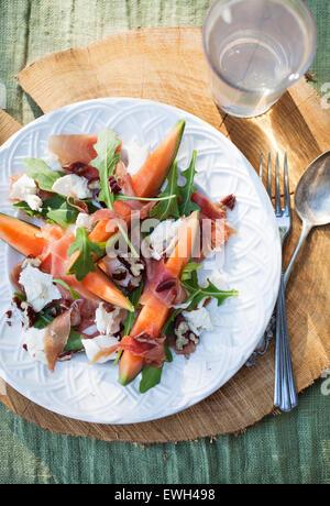 Salade de cantaloup avec mozzarella et roquette Banque D'Images