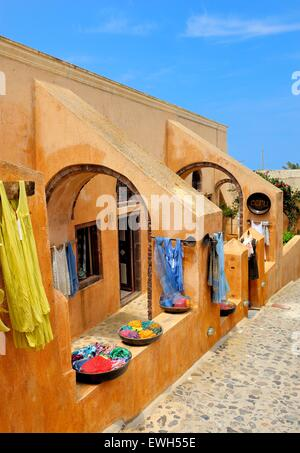 L'extérieur d'une boutique de souvenirs dans le village de Oia Santorini Grèce Banque D'Images