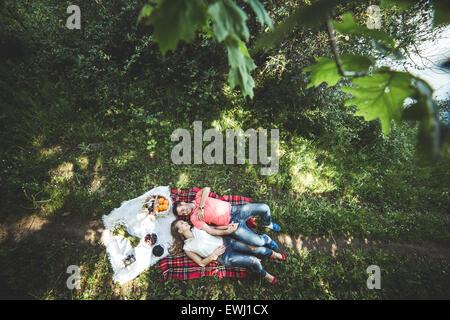 Couple sur un picnik Banque D'Images