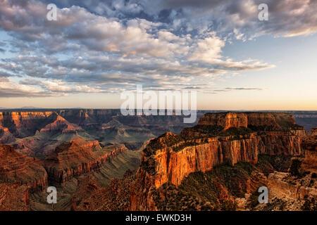 Soir lumière baigne Wotans trône à partir de Cape Royal sur la rive nord de l'Arizona's Grand Canyon National Park. Banque D'Images