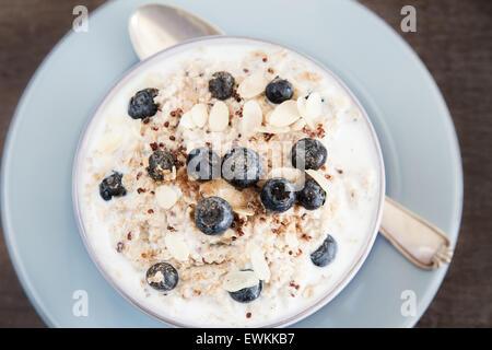 Porridge avec le quinoa et les bleuets Banque D'Images