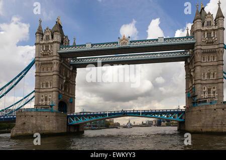 Le 65m Victorian Tower Bridge a été construit entre avril 1886 et juin 1897 la combinaison de bascules de levage Banque D'Images