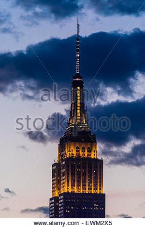 Empire State Building éclairé au crépuscule, New York, New York USA. Banque D'Images