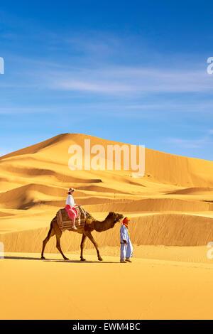 Tourisme en chameau, le désert l'Erg Chebbi près de Merzouga, Sahara, Maroc