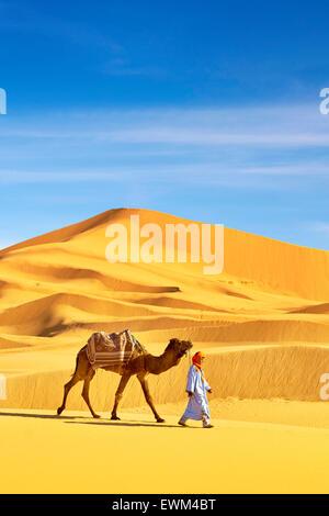 Homme berbère avec son chameau, le désert l'Erg Chebbi près de Merzouga, les dunes du Sahara, le Maroc