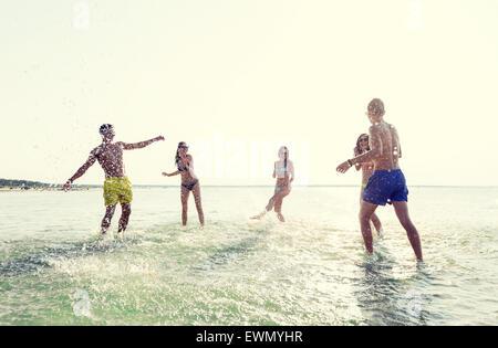 Happy friends having fun on été plage Banque D'Images