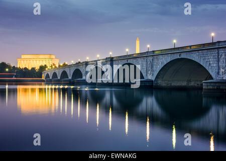 Washington DC, USA Skyline sur la rivière Potomac, avec le Lincoln Memorial, le Washington Memorial, et Arlington Memorial Bridge.