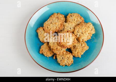 Biscuits fraîchement cuits dans une assiette bleue. Vue d'en haut