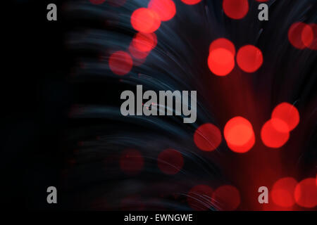 Transparent brillant rouge fibres optiques. Banque D'Images