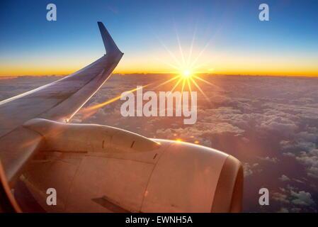 Vue du coucher de soleil à partir de la fenêtre de l'avion