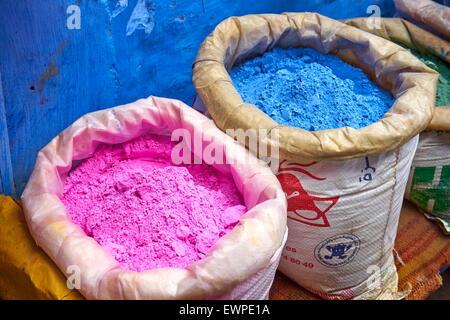 Chefchaouen (Chaouen) est connue pour ses bâtiments dans des tons de bleu. Sachets de poudre de peinture, pigment Banque D'Images