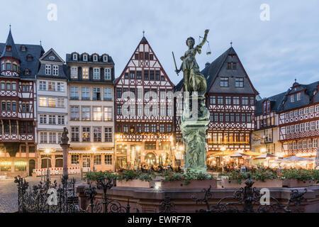 Justitia, source de la Justice, des restaurants, des cafés, Roemerberg Francfort Allemagne