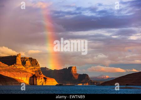 Arc-en-ciel sur le Padre Bay, du Cookie Jar Butte. Le lac Powell, Utah, USA Banque D'Images