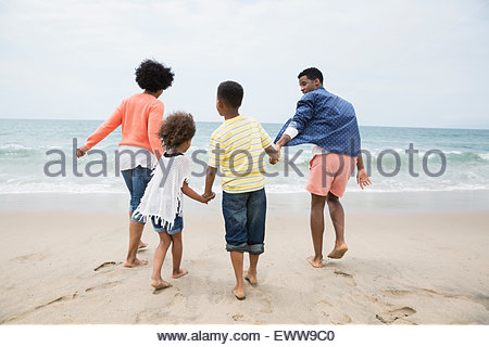 Family holding hands on beach Banque D'Images