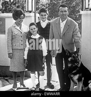 Der Deutsche und Musiker Bandleader Max Greger mit Frau und der Tochter Hannerl und Sohn Max jr., Deutschland 1960 Banque D'Images