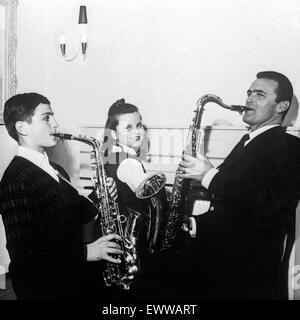 Der Deutsche und Musiker Bandleader Max Greger musiziert mit Tochter Hannerl und Sohn Max jr., Deutschland 1960 Banque D'Images