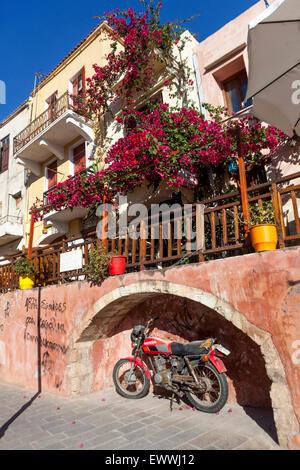 Chania Street, vieille ville Crète, Grèce Bougainvilliers vigne en fleur Europe