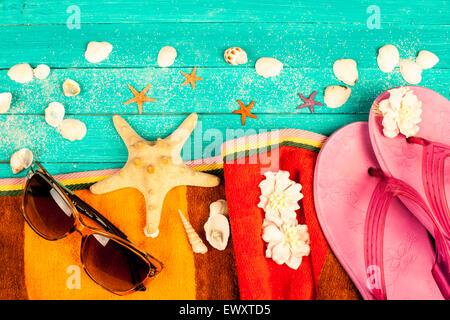 Accessoires d'été bleu sur fond de bois. Banque D'Images