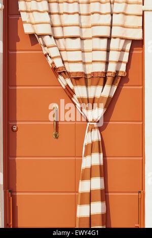 Rideau rayé et porte sur une maison Burano Lagune de Venise Vénétie Italie Europe Banque D'Images