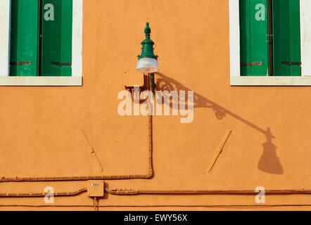 Volets verts et orange Wall street lamp avec ombre Burano Lagune de Venise Vénétie Italie Europe Banque D'Images
