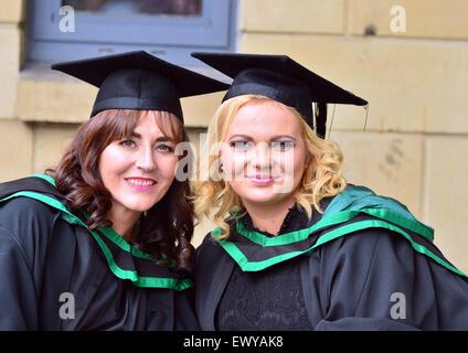 Université de l'Ulster (Magee Campus) les élèves posent pour les photos le jour de la remise des diplômes. Banque D'Images