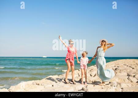 La mère et les deux filles sur la plage s'amusant, Barcelone, Espagne