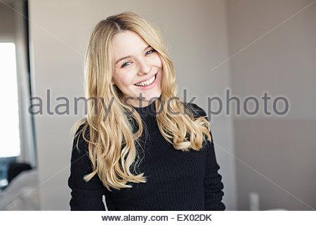 Portrait de jeune femme dans la chambre Banque D'Images