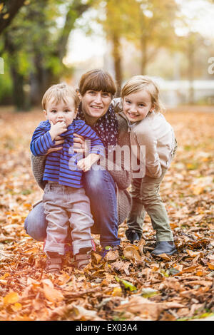 Mère et enfants en parc, Achenkirch, Tirol, Autriche Banque D'Images