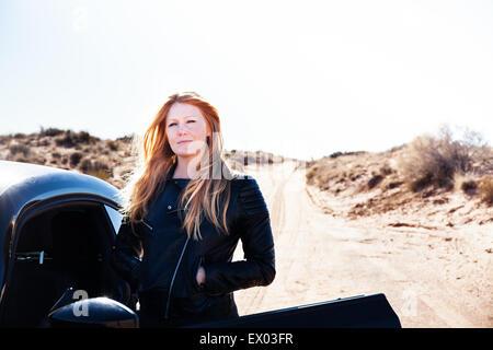 Femme debout à côté de voiture, Kayenta, Arizona, USA Banque D'Images