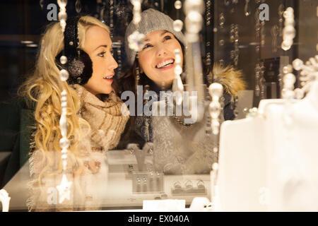 Deux femmes adultes window shopping Banque D'Images