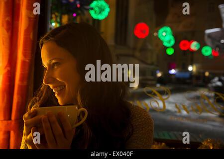 Les jeunes adultes en milieu cafe avec du café Banque D'Images