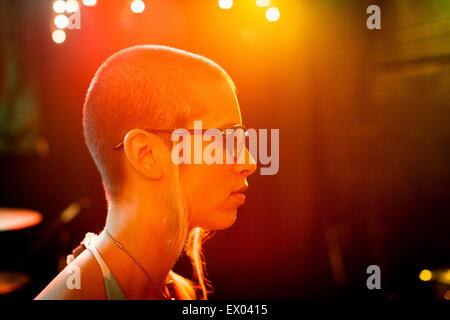 Profil de punk girl, le port de lunettes cerclées de noir Banque D'Images