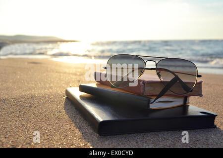 Livres sur une plage Banque D'Images