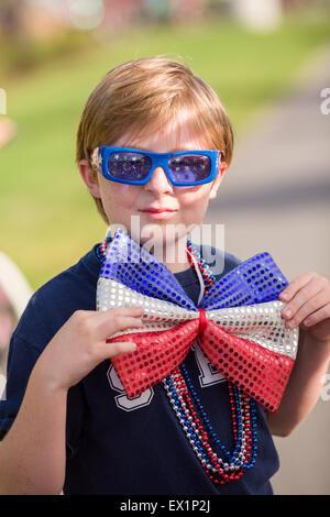 La Caroline du Sud, USA. 4 juillet, 2015. Un jeune garçon porte un costume patriotique au cours de l'indépendance Banque D'Images