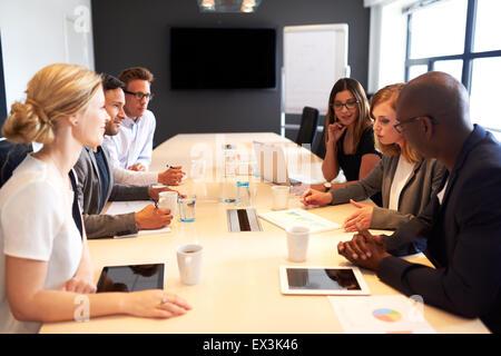 Groupe de jeunes cadres titulaires une réunion de travail dans une salle de conférence Banque D'Images