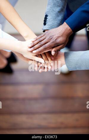 Close up de mes collègues les mains jointes ensemble Banque D'Images