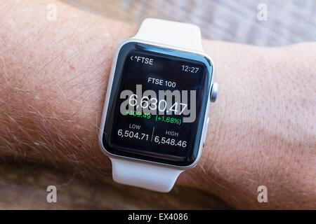 Résumé des performances des marchés boursiers FTSE montrant sur un Apple Watch