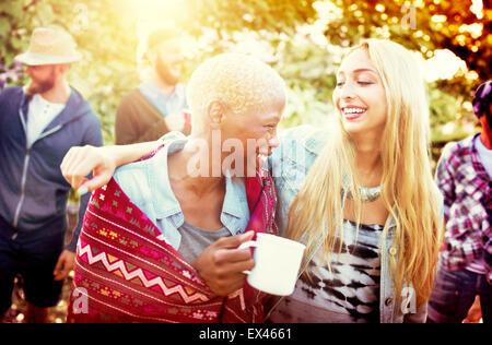 Les Amis de vacances Camping Plein Air Concept Joyeux Banque D'Images