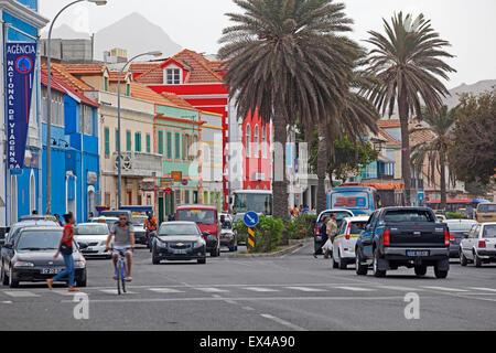 Trafic et boutiques dans le vieux centre historique colonial de la ville Mindelo sur l'île de São Vicente, Cap Vert, Banque D'Images