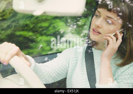 Close up of Teenage Girl Talking on smartphone pendant la conduite Banque D'Images