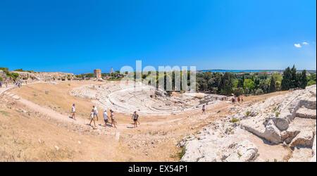 SYRACUSE, ITALIE - 18 août 2014: les touristes visiter théâtre grec antique à Syracuse, Italie. Banque D'Images