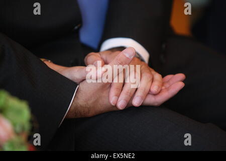 Holding hands at mariage gay Banque D'Images