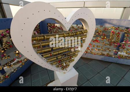 L'amour se bloque en haut de gratte-ciel Umeda, Osaka, Japon Banque D'Images