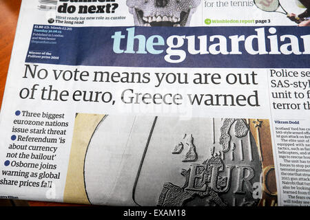 """""""Pas de vote signifie que vous êtes hors de l'euro, la Grèce a averti' Guardian newspaper headlines London UK 30 Banque D'Images"""